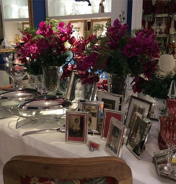 Uma mesa que transborda amor. Assim eu definiria a mesa de @kiviachacon. Ela prestou uma linda homenagem a sua mãe que é uma figura linda. Fez uma galeria de fotos retratando fatos e detalhes importantes da vida dela. Muita coisa linda para recordar.