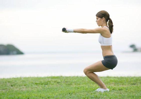 Squat per tonificare le gambe  Tra gli esercizi più efficaci per tonificare cosce e glutei, lo squat può essere eseguito a casa propria. Guida pratica ai piegamenti che scolpiscono le gambe