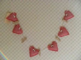 Slinger van stoffen harten en knijpertjes. nu 5,99
