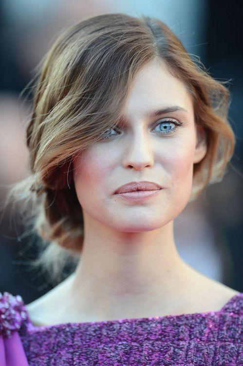 #BiancaBalti eligió un recogido con moño bajo de mucho volumen, muy romántico y #maquillaje más discreto para no sobrecargar el vestido.: