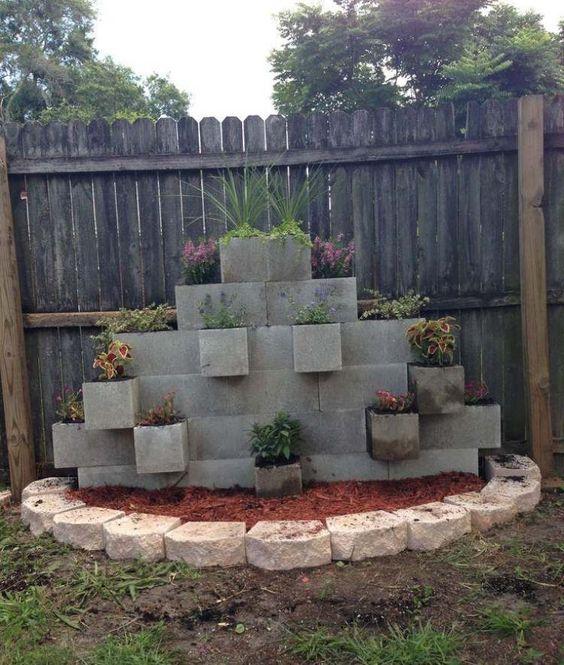 Bloc b ton pour la d co de jardin en 30 id es cr atives - Jardiniere en parpaing ...