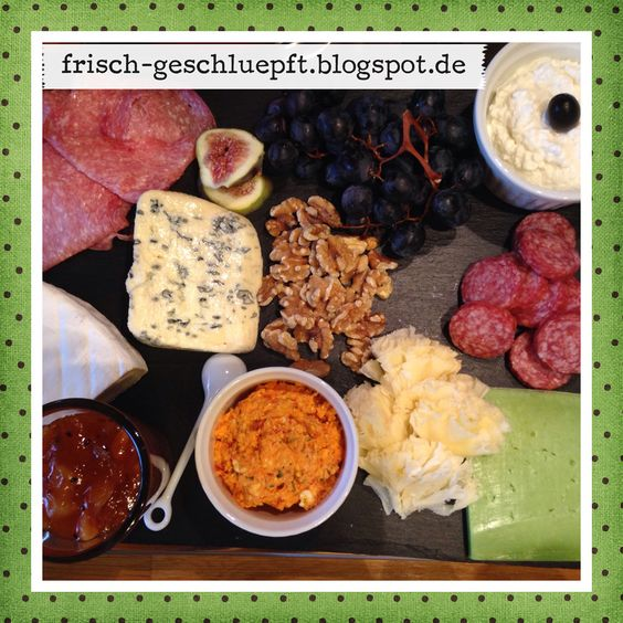 Käseplatte mit Gorgonzola, Hüttenkäse, Wasabikäse, Paprikafeta, Brie und Tête de Moins