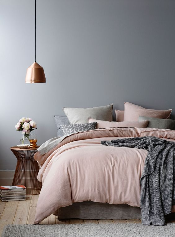 très belle harmonie de couleurs : gris bois cuivre et rose poudré: