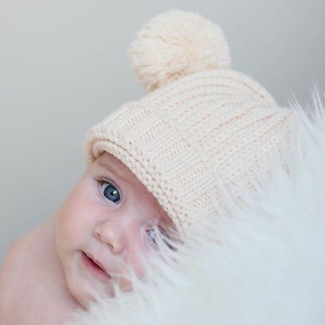 Gorro lana para bebé con pompones. En un bonito color beige, este gorro de