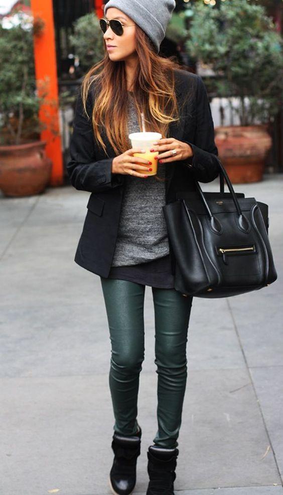 Acheter la tenue sur Lookastic: https://lookastic.fr/mode-femme/tenues/blazer-pull-a-col-en-v-t-shirt-a-col-rond-leggings-baskets-compensees-sac-fourre-tout-bonnet/903 — Blazer noir — Sac fourre-tout noir — Pull à col en v gris — Leggings en cuir verts foncés — Baskets compensées noires — Bonnet gris — T-shirt à col rond noir