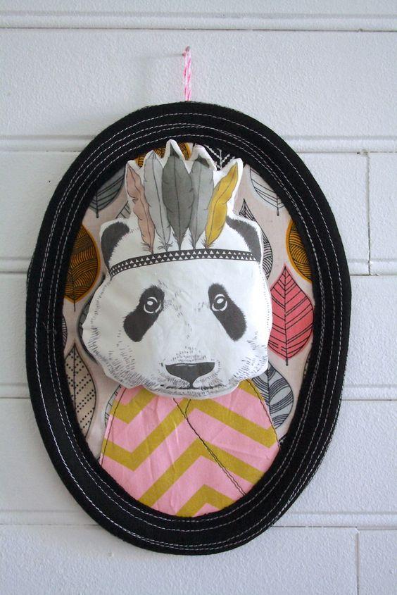 Trophée Panda en tissus, feutrine, carton. Tête de panda imprimée sur tissu, réalisée d'après un dessin. A accrocher pour décorer la chambre ou le salon. Envoyé dans un joli écrin pour le protéger. Dimensions: 26,5cm de hauteur x 19,5cm de large. Pièce unique, entièrement réalisée à la main. Peut présenter des petits défauts et irrégularités qui font aussi son charme