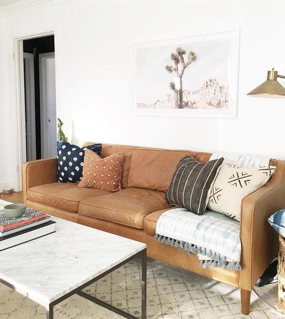 Sofa da tphcm tông màu xám, vàng giúp phòng khách sang trọng