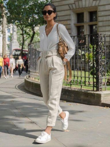 Mujer con ropa clara y tenis para un look comodo y fresco