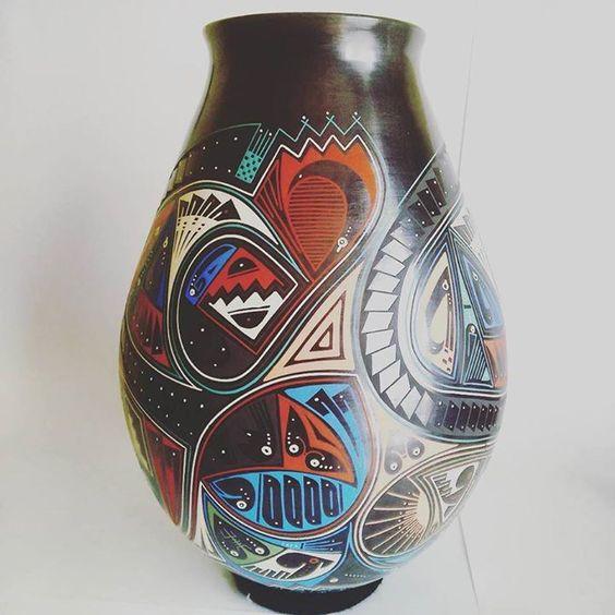 Una de nuestras piezas favoritas. Trabajo alfarero de #MataOrtiz #Chihuahua #Mexico. Tradición y cultura de #Paquime #CasasGrandes. #ArtesaníaMexicana #ArtesaniaMexicana #Arte #ArteMexicano #Artesanía #Vadija #Color #PicOftheDay #Pot #Pottery #Clay #HandMade #MadeinMexico #México #DF #HechoenMexico #Hechoamano #Ceramica #Cerámica #Barro #Grafito #beautiful #artepopular #Folkart por estilomexicano en Instagram http://ift.tt/1LsxdJI #navitips
