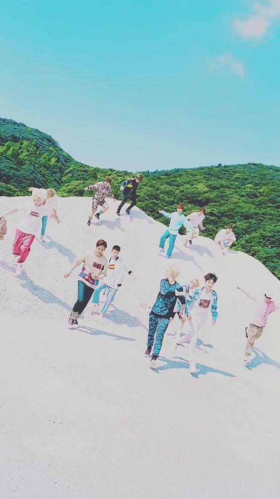メンバー全員が砂で遊んでいる待ち受け高画質壁紙です。