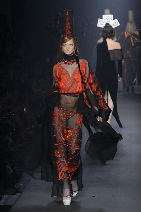 Retrouvez les photos du défilé Jean Paul Gaultier Haute couture Automne-hiver 2015-2016, les meilleurs moments en vidéo, ainsi que les coulisses et les détails du show