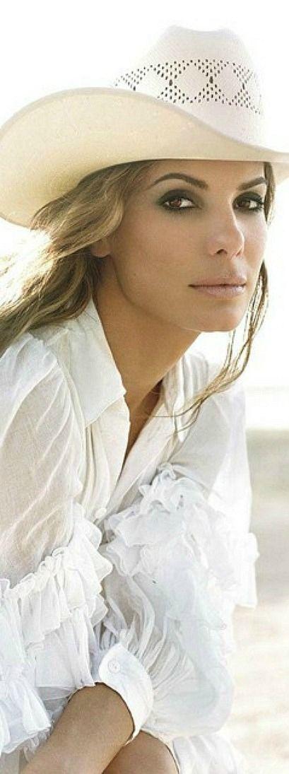 Sandra Bullock getting a little Romantic Boho with all those ruffles❤️