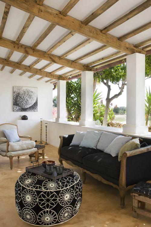patio aux poutres nature et plafond peint en blanc