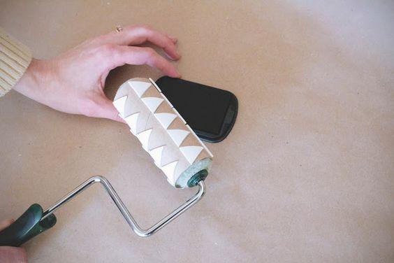 Base de rolo de papel higiênico + formas em eva e colocados em um rolinho de tinta