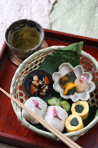 sakura bento    *Sakura rice ball: rice, glutinous rice, pickled cherry blossoms, salt  *Braised hijiki seaweed and daizu beans   *Simmered pumpkin  *Simmered ganmodoki  *Japanese omelet with shungiku leaves   *Boiled broad beans