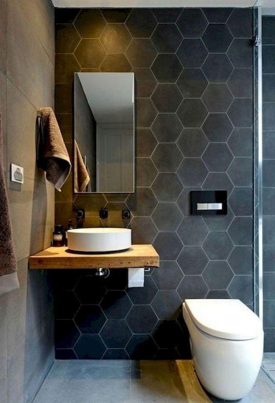 Kleine badkamer met donkere wand en houten voorbeelden