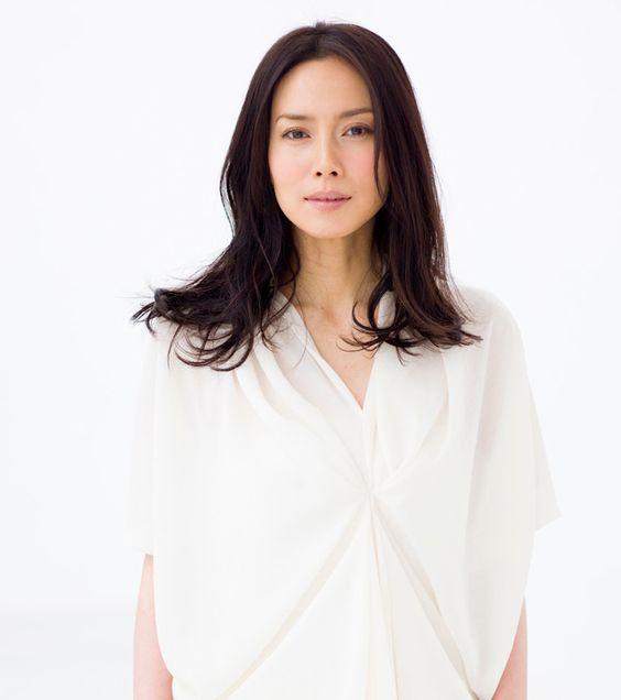 中谷美紀白シャツでこちらを真っすぐ見つめる美しい画像