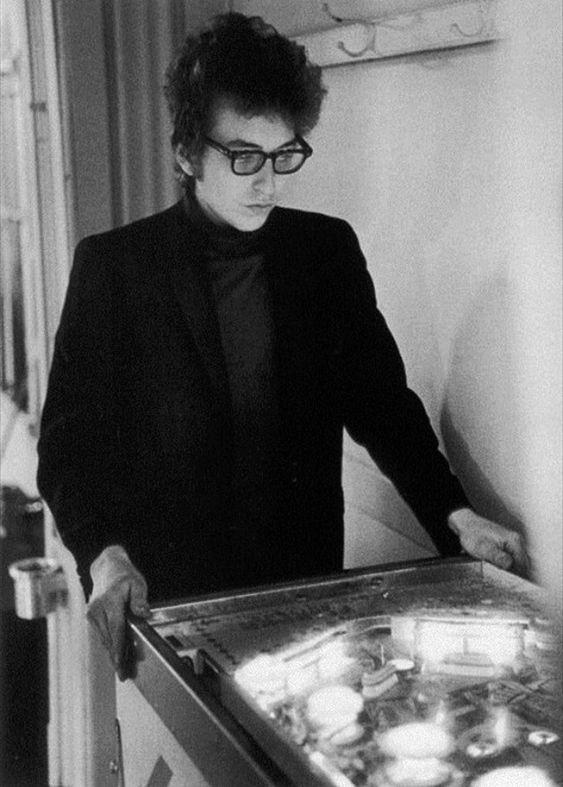 メガネをかけるボブ・ディラン