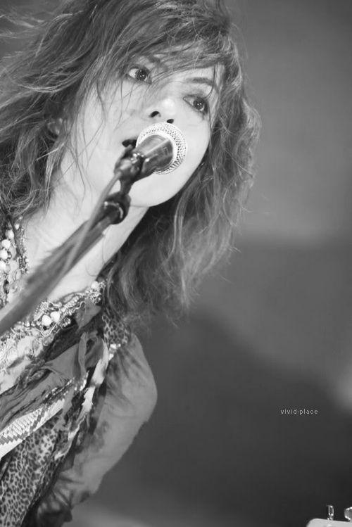 髪の毛を振り乱して熱唱しているL'Arc〜en〜Ciel・hydeの画像