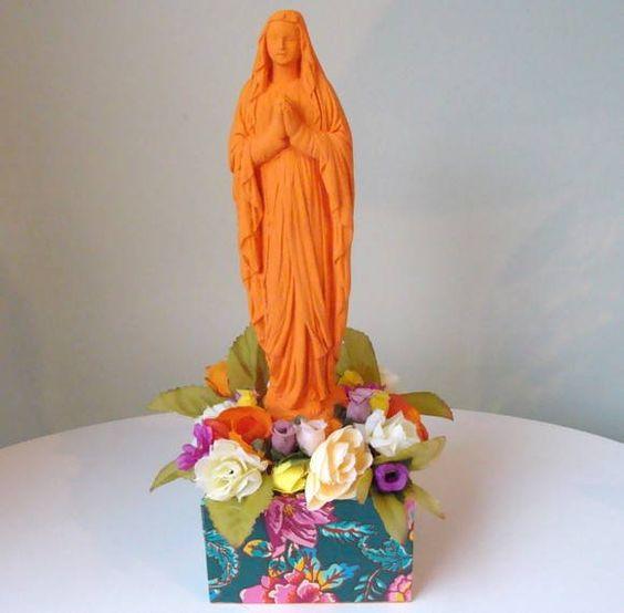 IImagem coloridos de santos em gesso com aplicação de flores