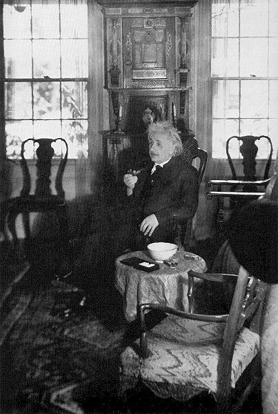 パイプを持って椅子に腰かけているアルベルト・アインシュタインの壁紙・画像