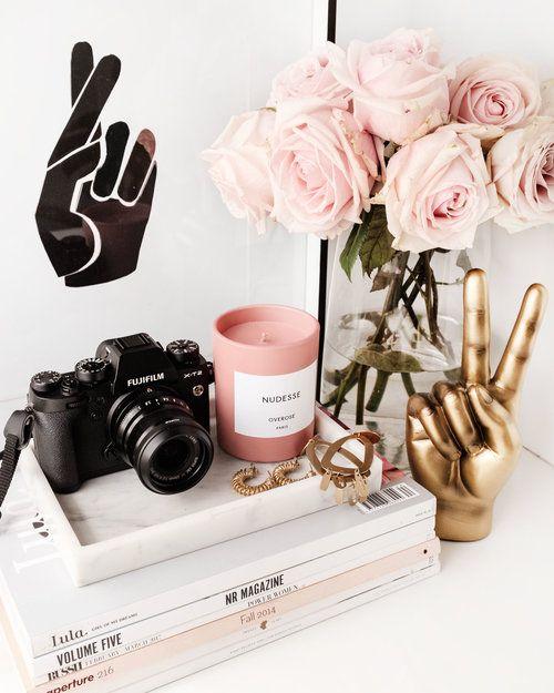 Decoração Home Office - Livros + Câmera + Vela + Flores + Quadro #decoração #homeoffice #livros #quadros #flores