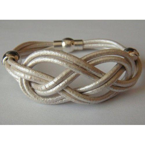 pulsera de cuero blanco nacar con nudo cababrote y piezas plateas
