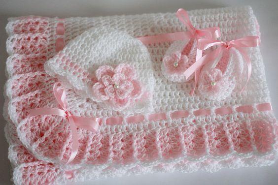 Crochet bebé manta, sombrero y botines, rosa con blanco cuadrado de la abuela ganchillo, bebé regalo de la ducha