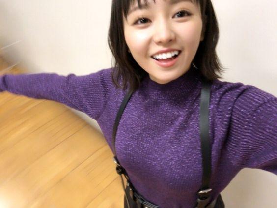 紫の服を着た今泉佑唯