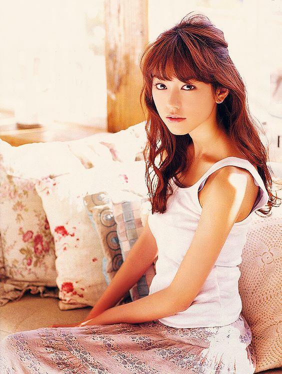 白い服を着た桐谷美玲