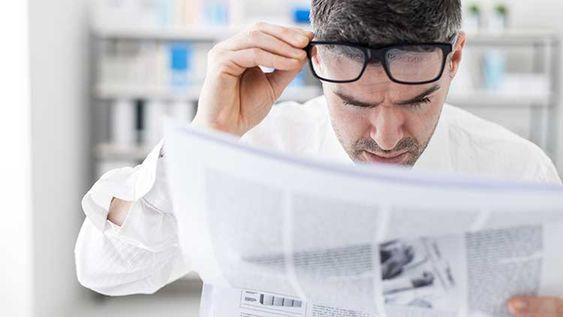 hombre lee periodico
