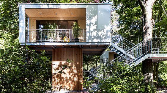 Ihr braucht dringend mal eine Auszeit? Dann braucht ihr gar nicht so weit in die Ferne schweifen. Zumindest nicht die Berliner unter euch. Denn inZehlendorf - direkt an der Krummen Lanke - stehen zwei Baumhäuser, die auf euch warten.The Urban Tree House