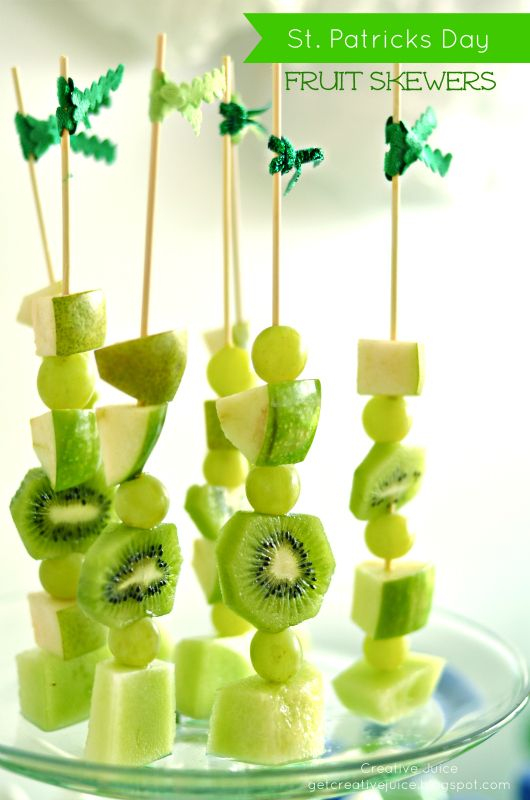 St. Patrick's Day healthy fruit skewers.  Imagine how you could do red for Valentines, Red/White/Blue for the 4th of July...Endless, yummy possibilities.: