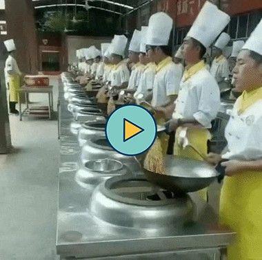 esses cozinheiros são muito sincronizados
