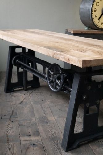 Grande table industrielle plateau chene massif pietement fonte systeme monte et baisse kitchen for Grande table industrielle