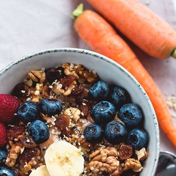 Happy Easter guys! I hope you're having a great day today Today's breakfast was a big bowl of carrot cake oatmeal and it was scrumptious