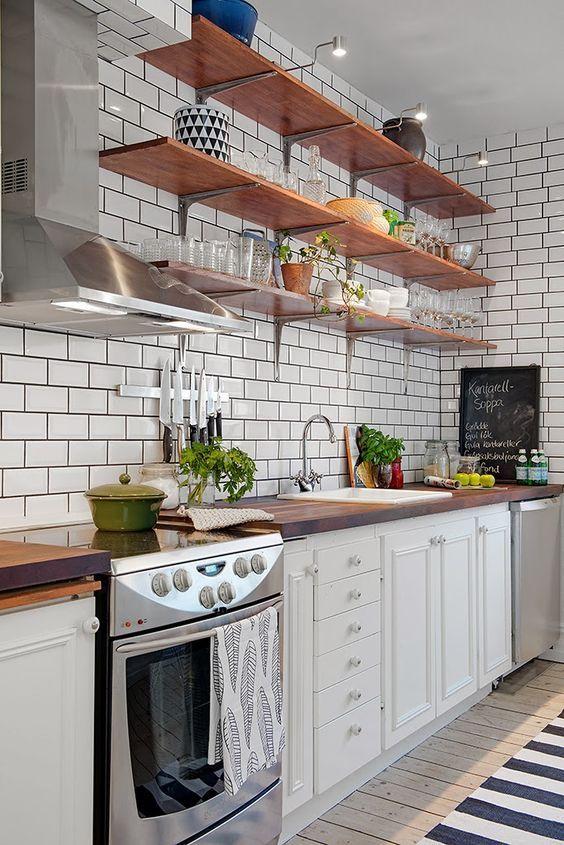 cozinha com prateleira  armarios brancos prateleira madeira mão francesa