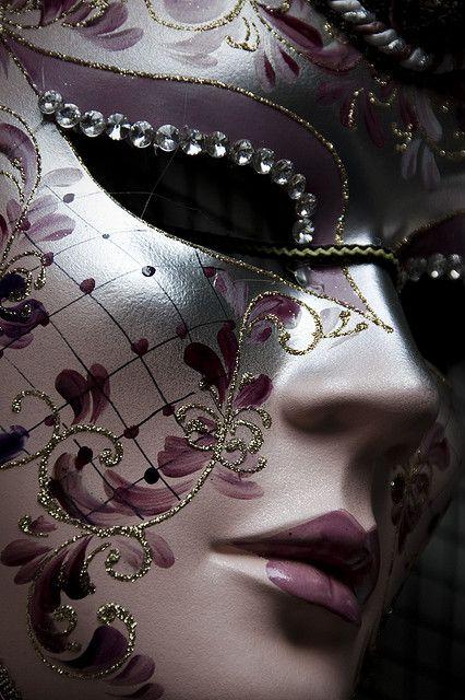 Ik vind de sierlijke patronen van dit masker heel mooi.
