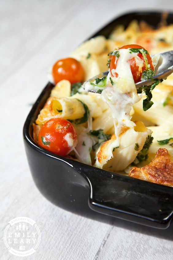 Gotta try this simple cherry tomato, spinach and garlic mozzarella pasta bake