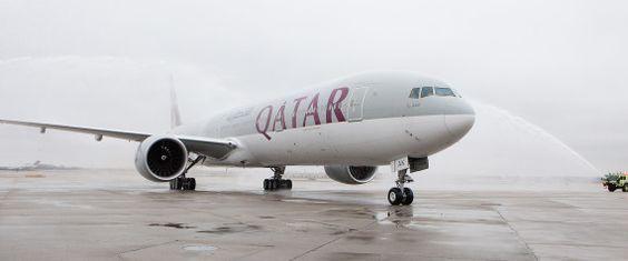 """Schock im Flieger für 270 Passagiere! Eine Bombendrohung an Bord von """"Qatar Airways"""" nach Manchester sorgte für Angst und Schrecken. Das britische Krisenmanagement ließ die Maschine von einem Kampfjet begleiten und sicher in Manchester landen. Der Airport musste vorübergehend für den gesamten Flugverkehr gesperrt werden. Nach Agenturberichten sei anschließend ein Passagier wegen des Verdachts auf falsche Bombendrohung durch die Polizei in Manchester festgenommen worden."""
