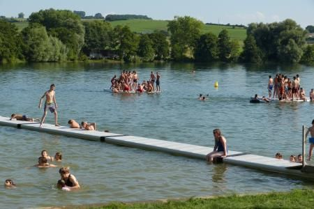 Les pontons sont pris d'assaut par les jeunes baigneurs.