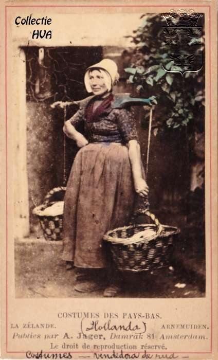 Arnemuidse visleurster in de laat 19e eeuwse vissersdracht.  Deze handgekleurde carte de visite komr oorspronkelijk uit een leporello (harmonicavouw) boekje met verschillende kartonnen kaartjes van personen in de diverse drachten.   Cartes de visite waren een soort kartonnen visitekaartjes, waarop een albuminen foto, meestal een portret, werd afgedrukt. Ze hebben een grootte van ca. 6 x 8,5 centimeter.