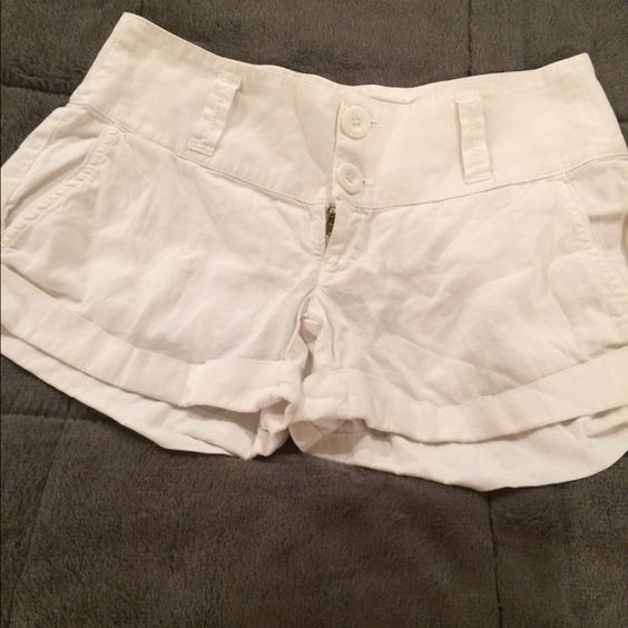 Splendid white cotton shorts Size 2 White cotton shorts by Splendid. In great condition. Size 2. Splendid Shorts