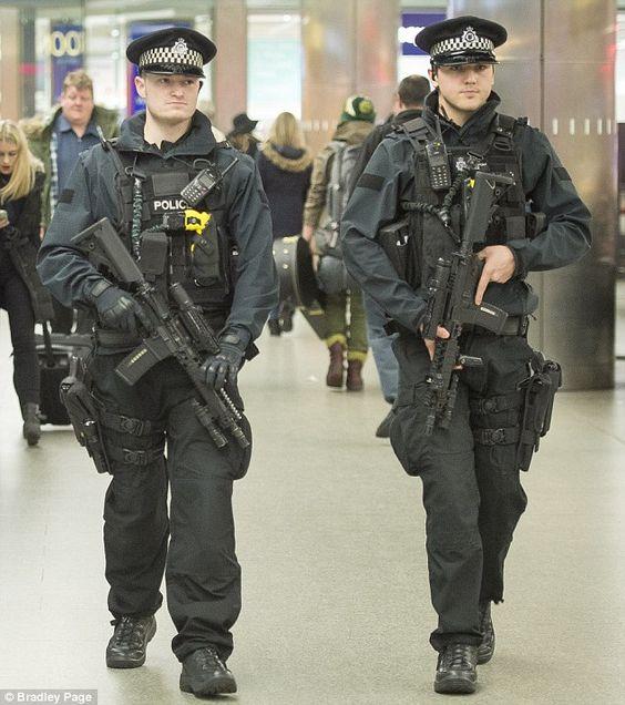 真剣な表情の警察官
