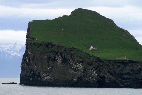 House on his island. Elliðaey Island. Westman Islands (Iceland) | Maison sur son île. Ile Elliðaey. Iles Vestmann  (Islande) | Casa en su isla. Isla Elliðaey. Islas Vestmann (Islandia)