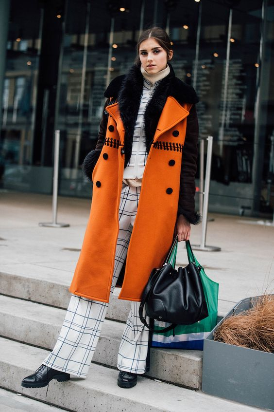 シックなスタイルに身を包んだファッショニスタは、モード感の強いミニマルなデザインのバッグを愛用中。ショー会場を忙しく巡る彼女たちのアイテムにフォーカスしてみました。