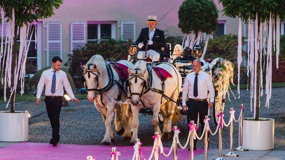 Wie Romantisch! Daniela fährt zu ihrer TV-Hochzeit (gesendet auf RTL2) mit der Kutsche vor. Da stört auch der Kameramann kaum ...