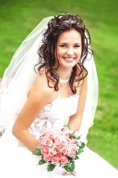 Hochsteckfrisur mit Strass Diadem zum schulterlosen Hochzeitskleid