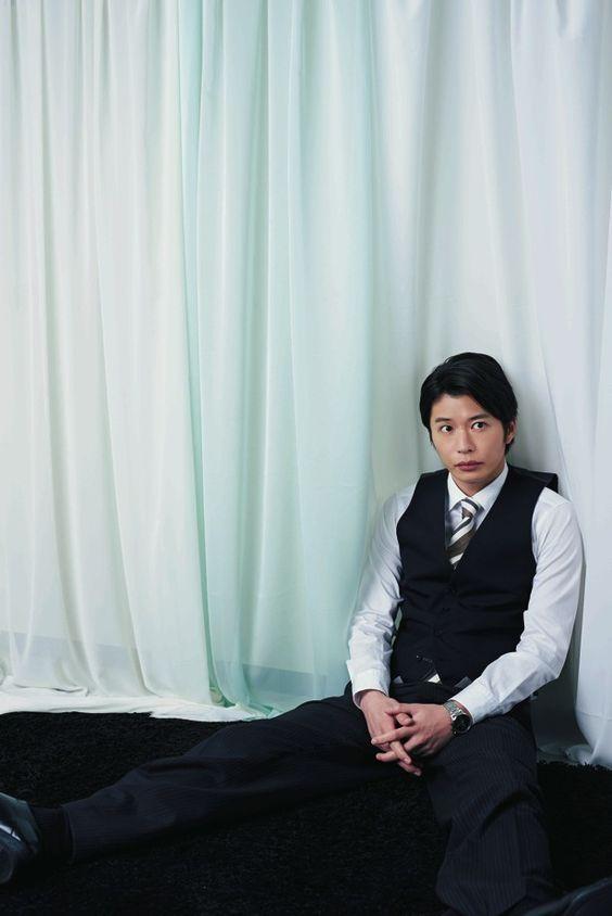 床に座り込む田中圭