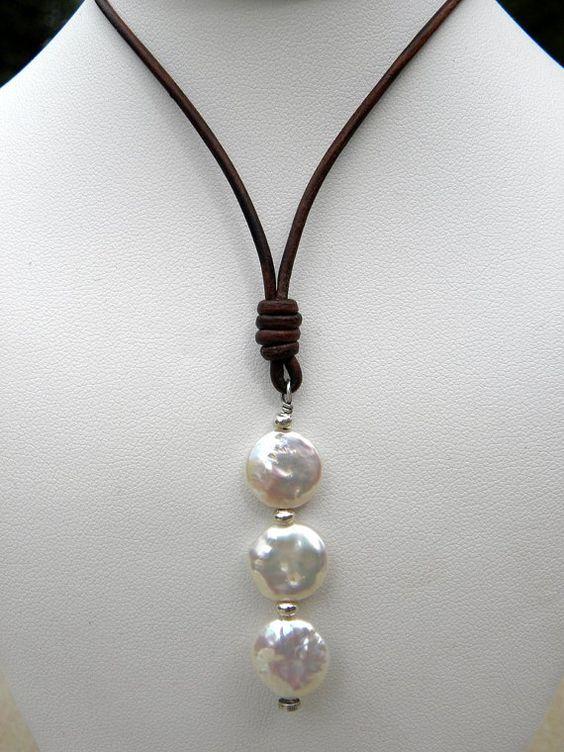 Perlas naturales de color blanco plata cuero collar por TANGRA2009                                                                                                                                                      Más